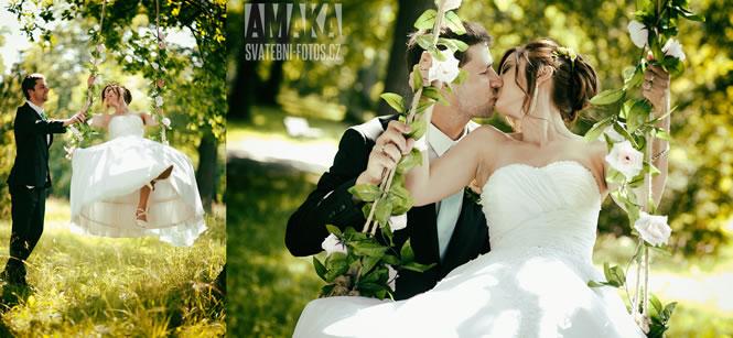 Polibek nevěsty a ženicha na houpačce, AMAKA tým.